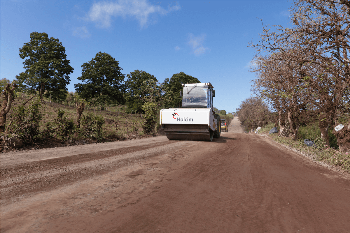This project stabilized 41km of roads in San Cristóbal, Santa Cruz and Santa Isabela Islands, work in which we improve execution times, budget and quality. It was carried out with our Base Vial solution, which has a lower environmental impact due to the fact that it allowed to reuse 100% of the material of the site, considerably reducing the carbon footprint of these construction processes. It is an iconic example that reflects the commitment of those who make Holcim Ecuador with the environment and sustainability.