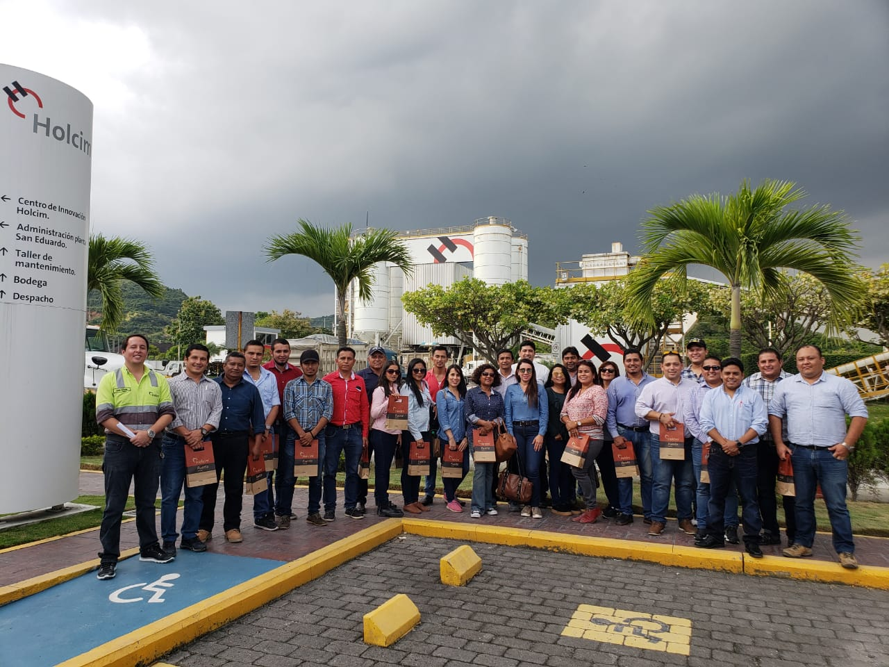 The managers of the College of Civil Engineers in Manabí visited our Guayaquil Plant and Innovation Center, where they learned more about our work and technological equipment with which we prepare solutions in concrete and cement.