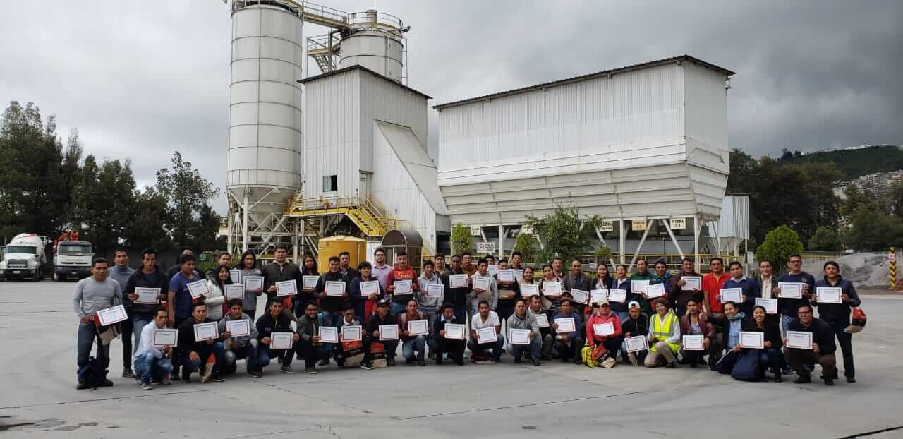 We are pleased to receive visits from professionals in our Plant! 66 teachers came to our South Quito Plant and learned in depth all the benefits of concrete and its properties. Thank you very much for visiting us.