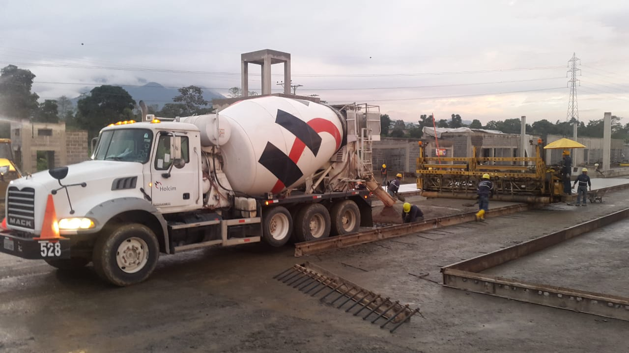 We provide our concrete solutions for the development of the province of El Oro. The toll 1 track of the Trunk of the E25 stretch of the Río Siete - Huaquillas section will be made with our Ultra Series solution for pavements, which achieves better finishes and greater surface resistance to wear.